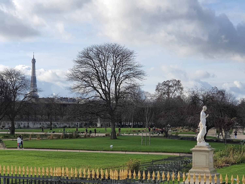 Vue des jardin des Tuileries, la Tour Eiffel en fond